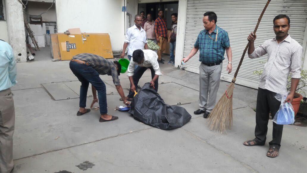 Shramdan under Swachh Bharat Mission: Swachhta hi Seva by Shri Vikram Sahay (IRS), Joint Secretary (Policy and Administration), M/o Information & Broadcasting along with his colleague at Shastri Bhawan, New Delhi_6