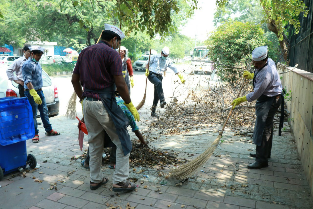 Shramdan under Swachh Bharat Mission: Swachhta hi Seva by Shri Satyendra Prakash, Director General(DG), Bureau of Outreach & Communication (BOC) along with his colleagues at southern side of Barapullah drain beside Soochna Bhawan, New Delhi.