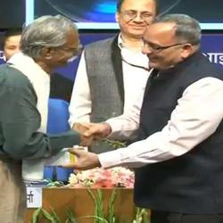 Secretary, I&B Shri Bimal Julka felicitating the jury members at 4th National Photography Awards Ceremony